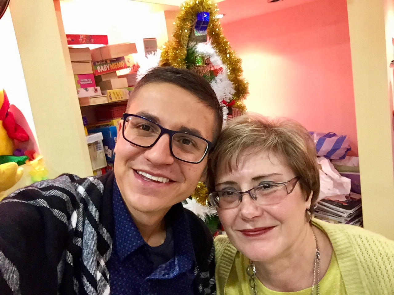 ГАЛИНКА ЧАВДАРОВА и МИМО ГАРСИЯ пред елхата в уютния кабинет на ДА ГОВОРИМ ЗАЕДНО – Мимо Гарсия се усмихва, а Галинка Чавдарова с нетърпение очаква празничните дни.